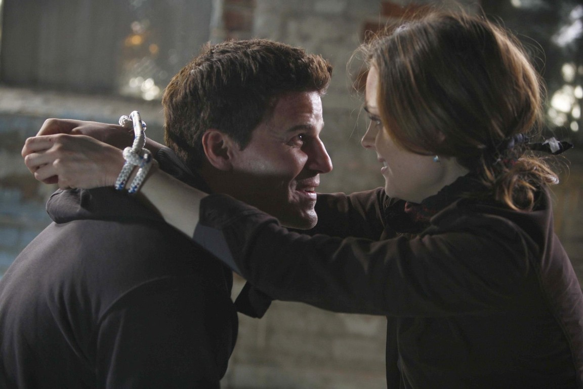 Bones - Season 1 Episode 15: Two bodies in the lab