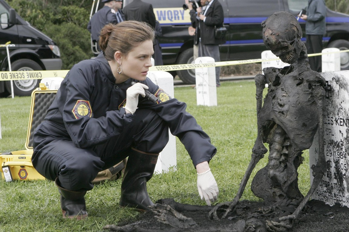 Bones - Season 1 Episode 21: The soldier on the grave