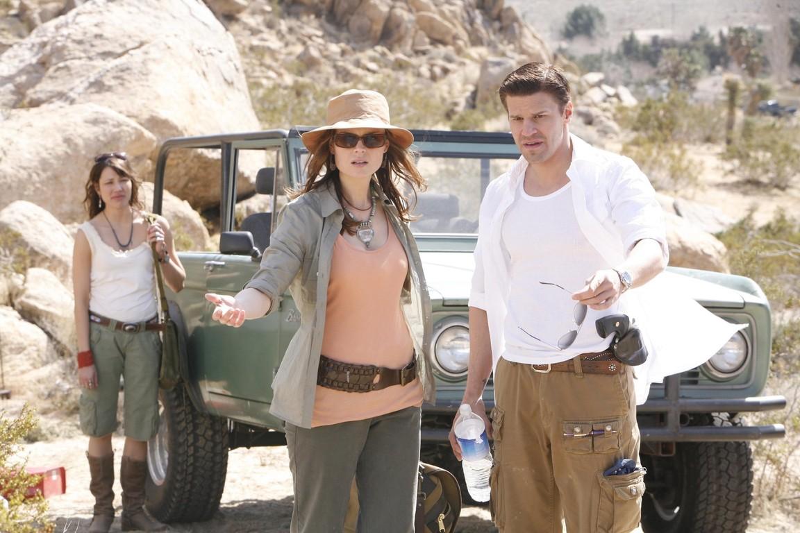 Bones - Season 1 Episode 17: The skull in the desert