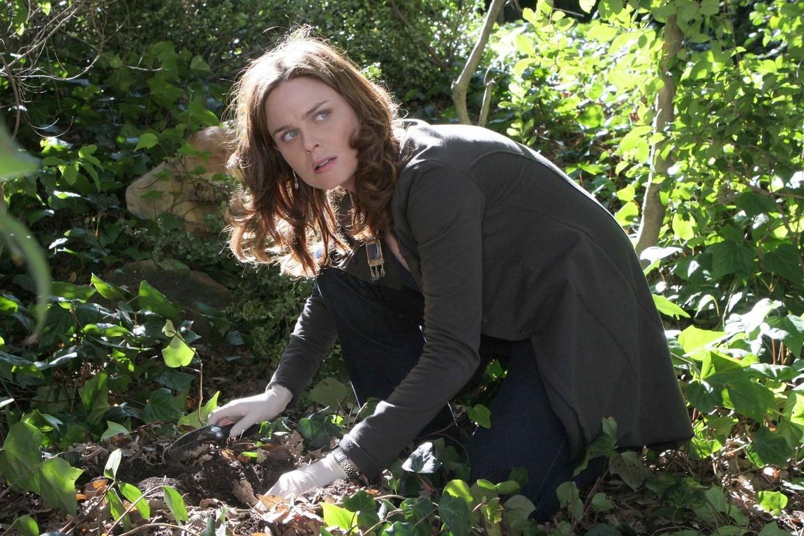 Bones - Season 1 Episode 13: The woman in the garden