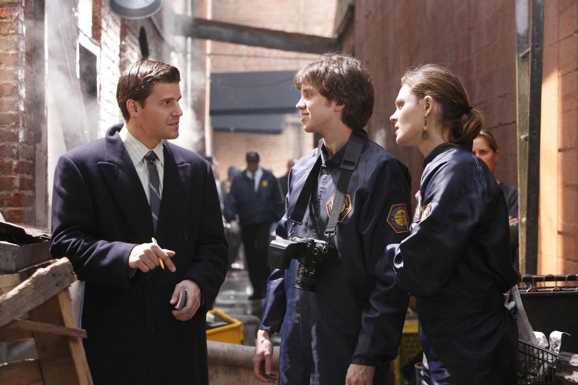 Bones - Season 1 Episode 12: The superhero in the alley