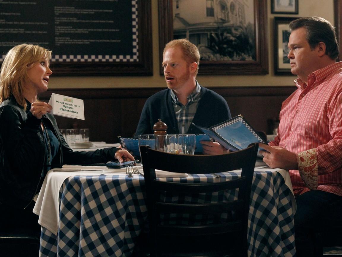 Modern Family - Season 3 Episode 06: Go Bullfrogs!