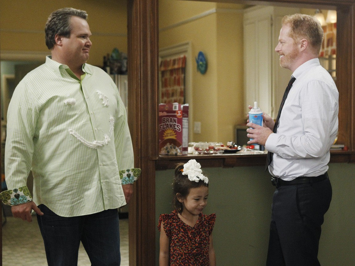 Modern Family - Season 3 Episode 04: Door to Door