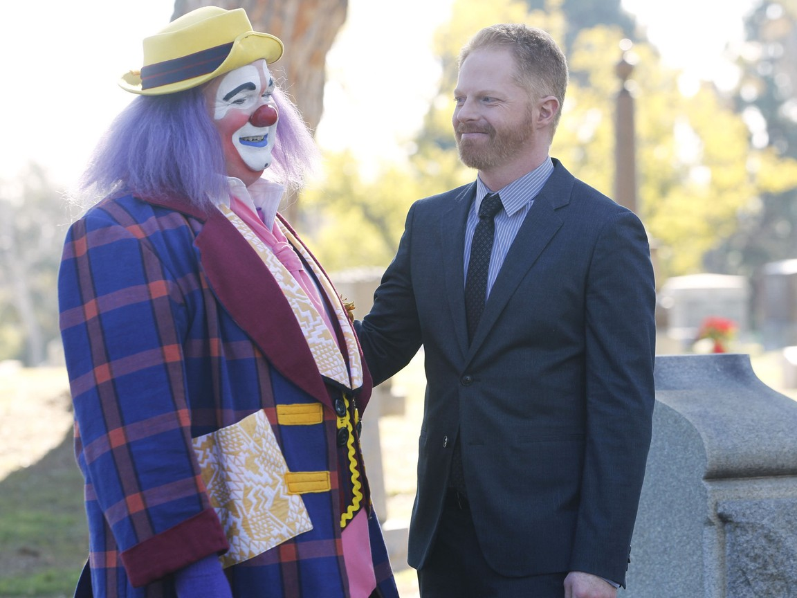 Modern Family - Season 3 Episode 18: Send Out the Clowns