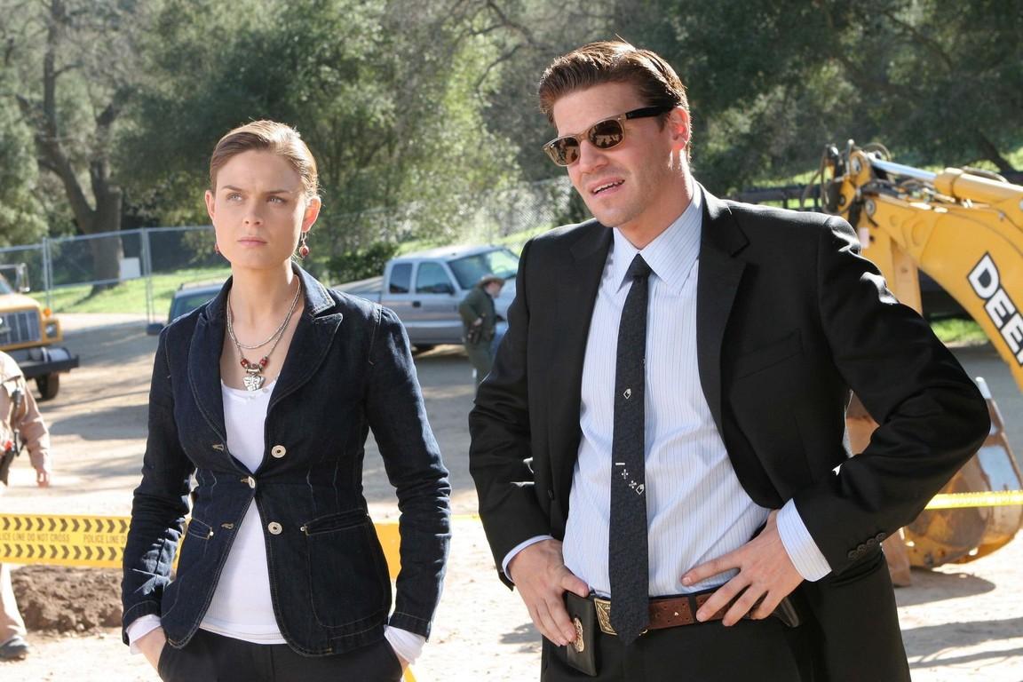 Bones - Season 1 Episode 18: The man with the bone